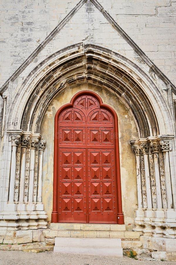 Lissabon, Portugal - 12. Dezember 2018: externe Ansicht von Carmo-Kloster Führender Zugang des Hauptportaleingangs zu den Kirchen lizenzfreie stockfotografie