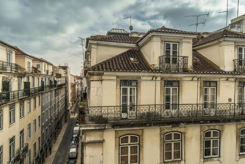 LISSABON/PORTUGAL - FEBRUARI 17 2018: MENING VAN BALKON BIJ OUD C royalty-vrije stock fotografie