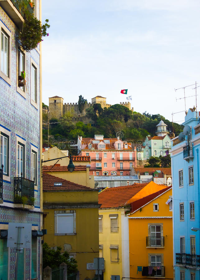 Lissabon Portugal: gata i Alfama med en sikt till slottkullen royaltyfria foton