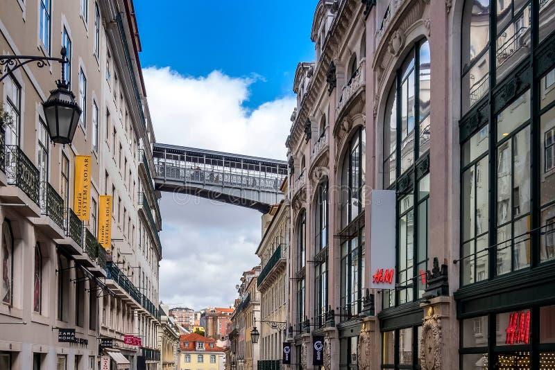 Lissabon Portugal gata och santa justahiss arkivbilder