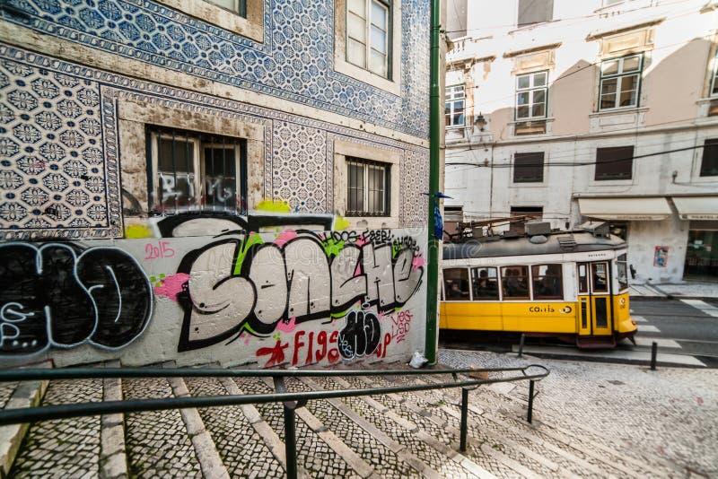 Lissabon Portugal - Januari 18: Härlig Lissabon gata med typ royaltyfria foton
