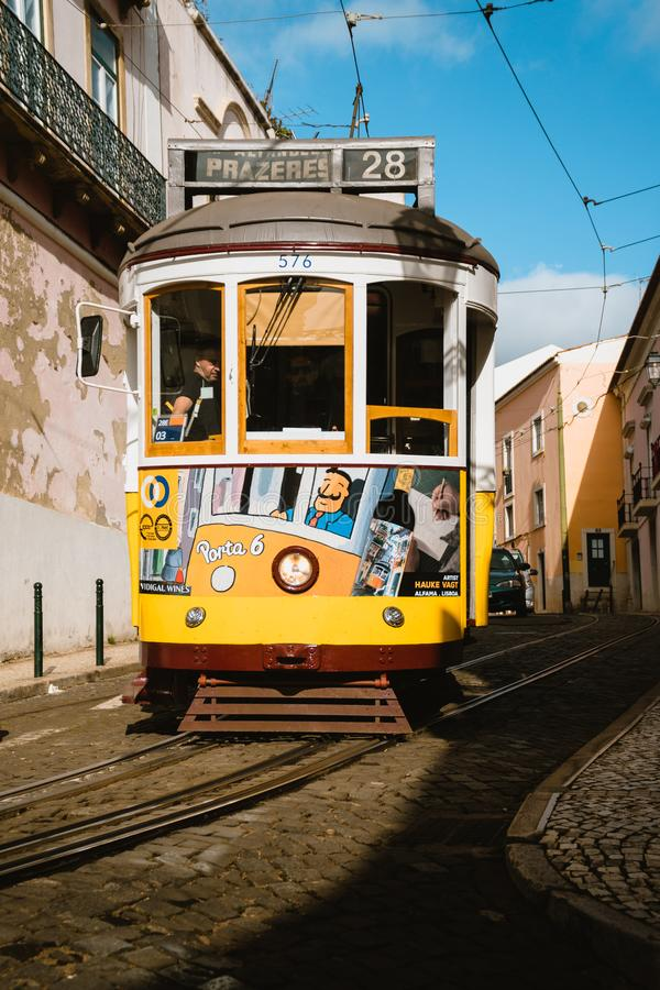 LISSABON PORTUGAL - Januari 01, 2018: Iconic gul spårvagnlinje 28 i Lissabon, Portugal Lissabons spårvagn som ner kör smalt arkivbilder