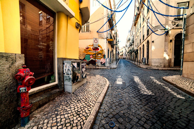 Lissabon Portugal - Januari 18, 2016 - typisk romantisk Lissabon st royaltyfri foto