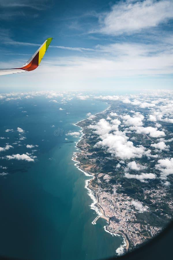 Lissabon, Portugal - Juli 15, 2019: Boeing 737 vliegtuigen die door de vlucht van Kraanluchtvaartlijnen over de kust van Portugal royalty-vrije stock foto