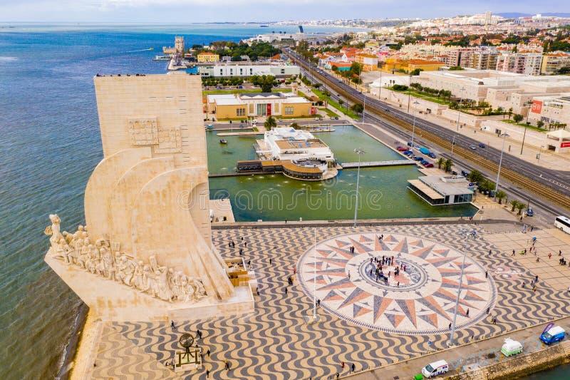 Lissabon Portugal - Juni 27, 2018: Flyg- sikt av upptäcktmonumentet royaltyfri foto