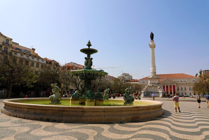 LISSABON, PORTUGAL - 24. JUNI 2018: Rossio-Quadrat mit gewelltem Kopfsteinsteinmuster, -brunnen und -monument von Pedro IV in Lis stockbilder