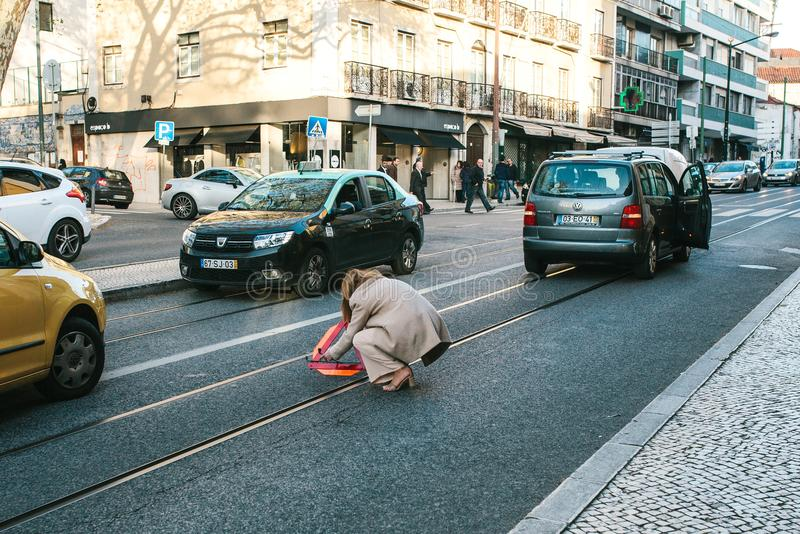 Lissabon Portugal 01 kan 2018: nödläget eller chauffören eller flickan sätter vägmärket Bilkostnader på nöd- signal eller trafik  arkivfoton