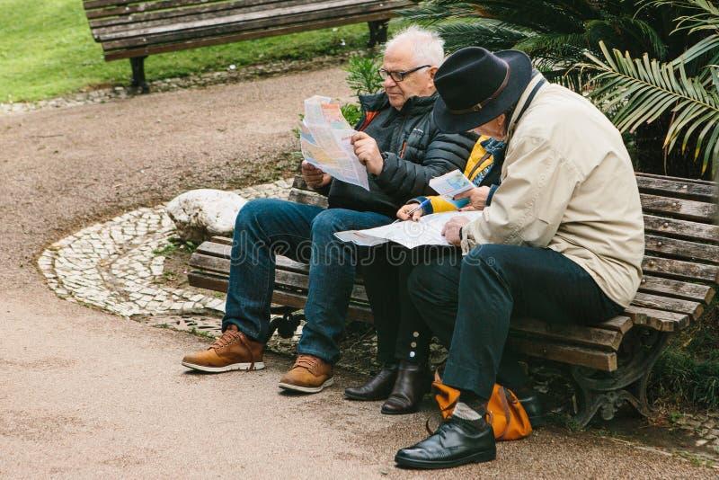 Lissabon Portugal 01 kan 2018: Planresa för pensionärer eller för äldre folk Turen för turistpensionärplanet eller sitter på bänk fotografering för bildbyråer