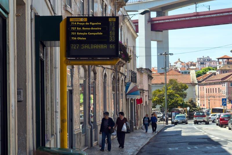 Lissabon, Portugal - 4. Mai 2013 elektronischer Zeitplan mit geschätzter Ankunftszeit für Busse auf einer Straße lizenzfreies stockfoto