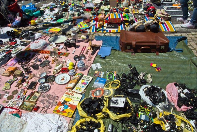 Lissabon, Portugal - 4. Mai 2013 Flohmarktwaren auf einem Boden stockfotos