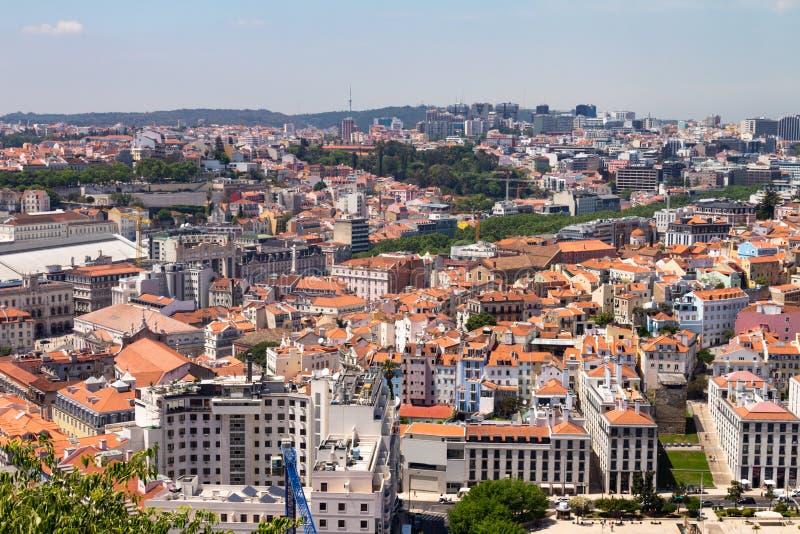 Lissabon Portugal 7. Mai 2018 Panoramablick einiger Gebäude der Stadt errichtet auf den Hügeln Typische Dächer von roten Fliesen  lizenzfreie stockfotos