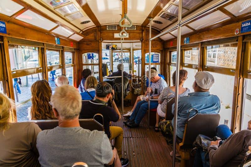 Lissabon Portugal - Maj 19, 2017: Den berömda gamla spårvagnen i Lissabon arkivfoton