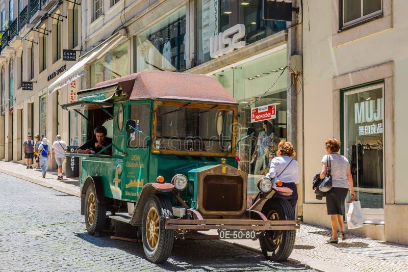 Lissabon Portugal - Maj 17, 2017: Sale av CD med traditionella Por arkivbild