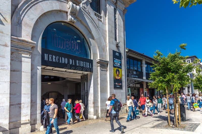 Lissabon, Portugal - Maj 9th 2018 - turister och lokaler framme av marknaden för Mercado da Ribeira Ribeira ` s, berömt ställe so royaltyfri fotografi
