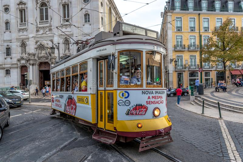 Lissabon, Portugal - Maj 9th 2018 - turister och lokaler som använder den berömda traditionella spårvagnen av Lissabon, Chiado om fotografering för bildbyråer