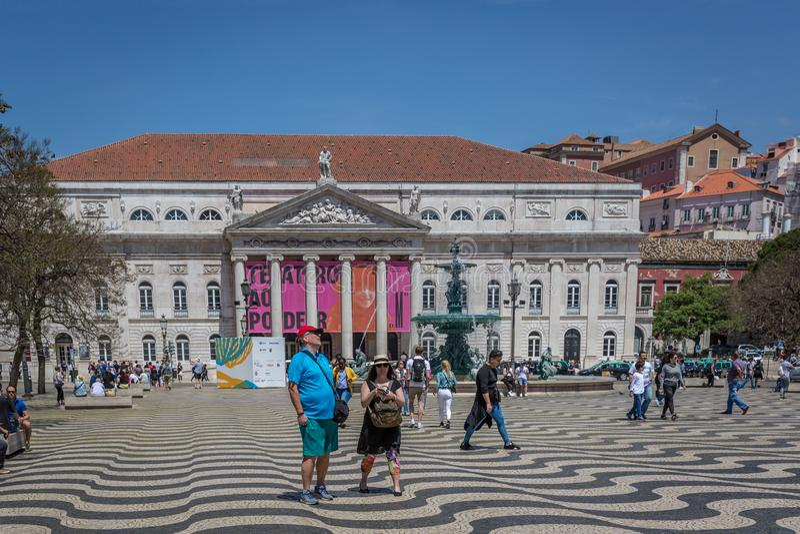 Lissabon, Portugal - Maj 9th 2018 - turister och lokaler som går på den Rossio boulevarden i huvudstad för i stadens centrum Liss fotografering för bildbyråer