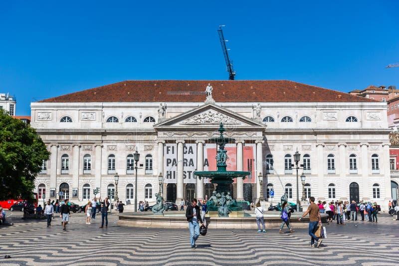 Lissabon, Portugal - Maj 9th 2018 - turister och lokaler som i city går i en traditionell boulevard i Lissabon i en dag för blå h royaltyfri fotografi