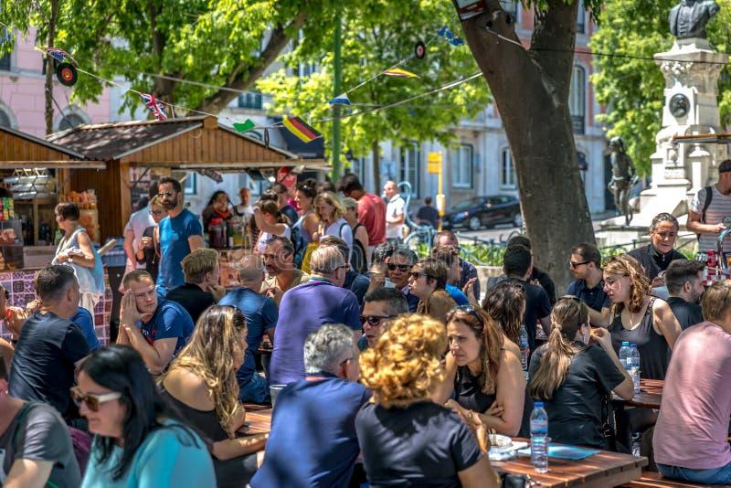 Lissabon, Portugal - Maj 7th 2018 - turister och lokaler som tycker om sommaren av Lissabon i den Bairro Alto High kulleneighbour royaltyfri fotografi