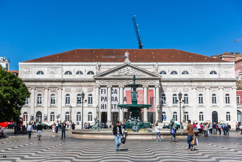 Lissabon, Portugal - Mei negende 2018 - Toeristen en plaatselijke bewoners die in een traditionele boulevard in Lissabon de stad  royalty-vrije stock fotografie