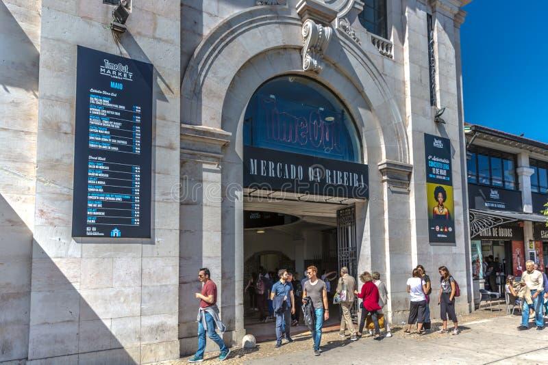 Lissabon, Portugal - Mei negende 2018 - Toeristen en plaatselijke bewoners voor de Markt van Mercado DA Ribeira Ribeira ` s, bero stock afbeelding