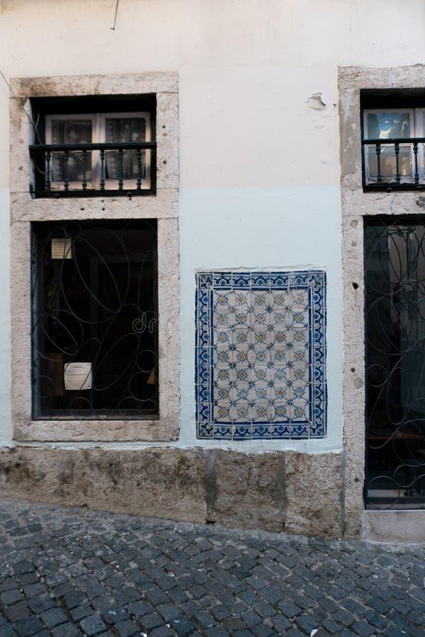 Lissabon, Portugal - November 14,2017: Keramikfliesen auf einem Haus im Bairro Alto Neighborhood in Lissabon, Portugal lizenzfreie stockfotos