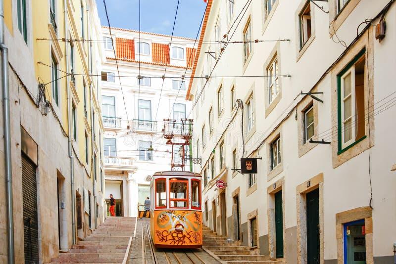 LISSABON PORTUGAL - OKTOBER 23,2012: Lissabons Gloria bergbana c royaltyfri foto