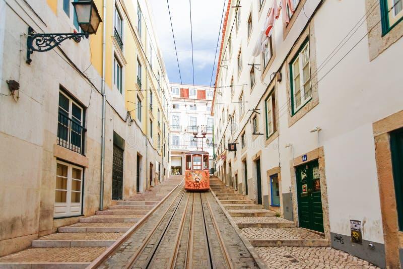 LISSABON PORTUGAL - OKTOBER 23,2012: Lissabons Gloria bergbana c arkivfoto