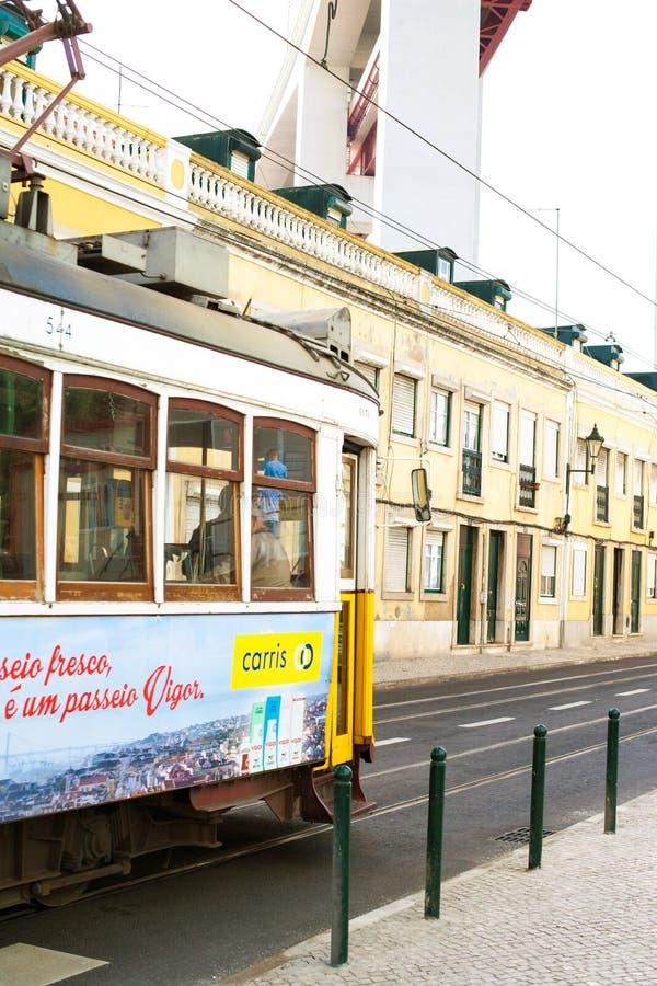 LISSABON PORTUGAL - Oktober 29, 2016: Ponten 25 de Abril Bridg arkivfoton