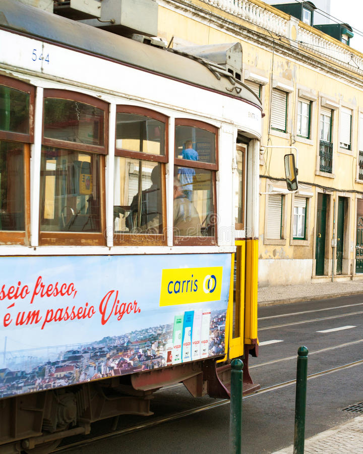 LISSABON PORTUGAL - Oktober 29, 2016: Ponten 25 de Abril Bridg royaltyfri foto