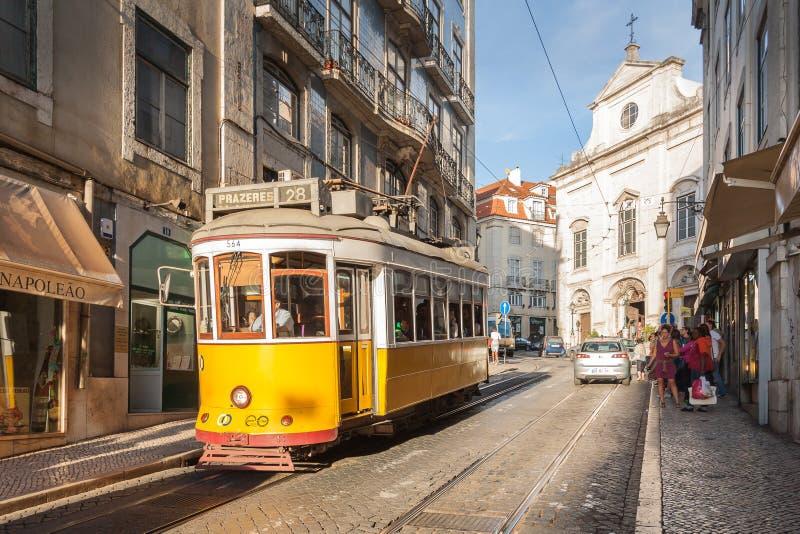 LISSABON PORTUGAL - OKTOBER 12,2012: Romantisk Lissabon gata med fotografering för bildbyråer