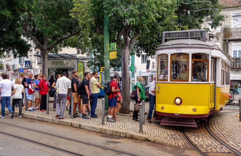 Lissabon, Portugal - September 19, 2014: Mensen die bij tra wachten stock afbeelding