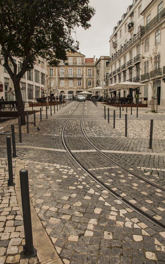 Lissabon, Portugal - Straßen und Straßenbahnbahnen lizenzfreie stockfotos