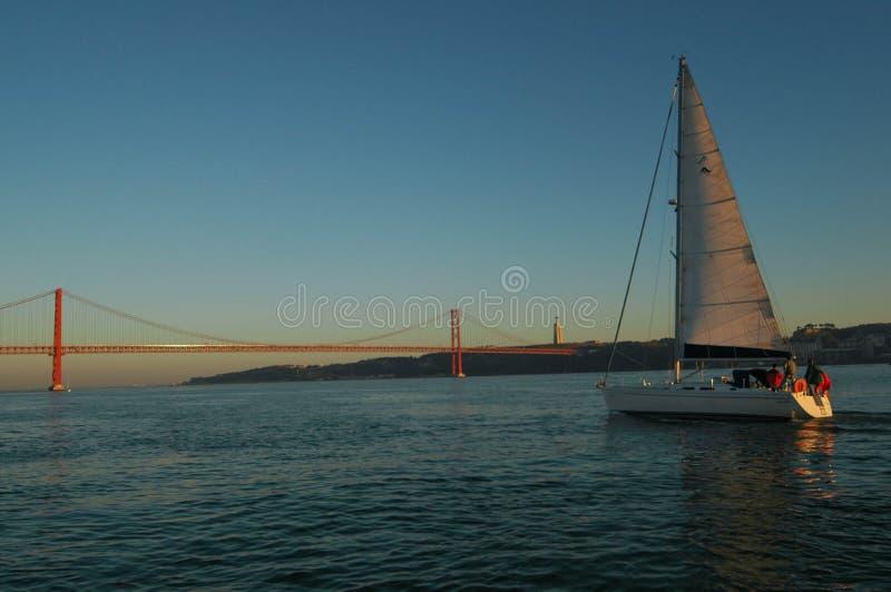 Lissabon segelbåt och 25 de Abril Bridge, Tagus River arkivfoton