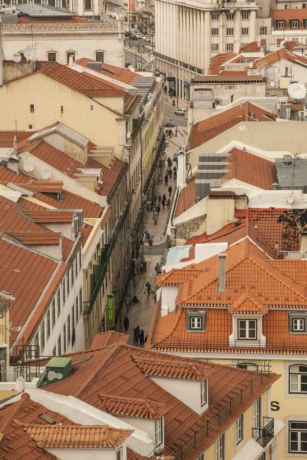 Lissabon - straten in de oude die stad van Santa Justa Lift wordt gezien royalty-vrije stock foto's