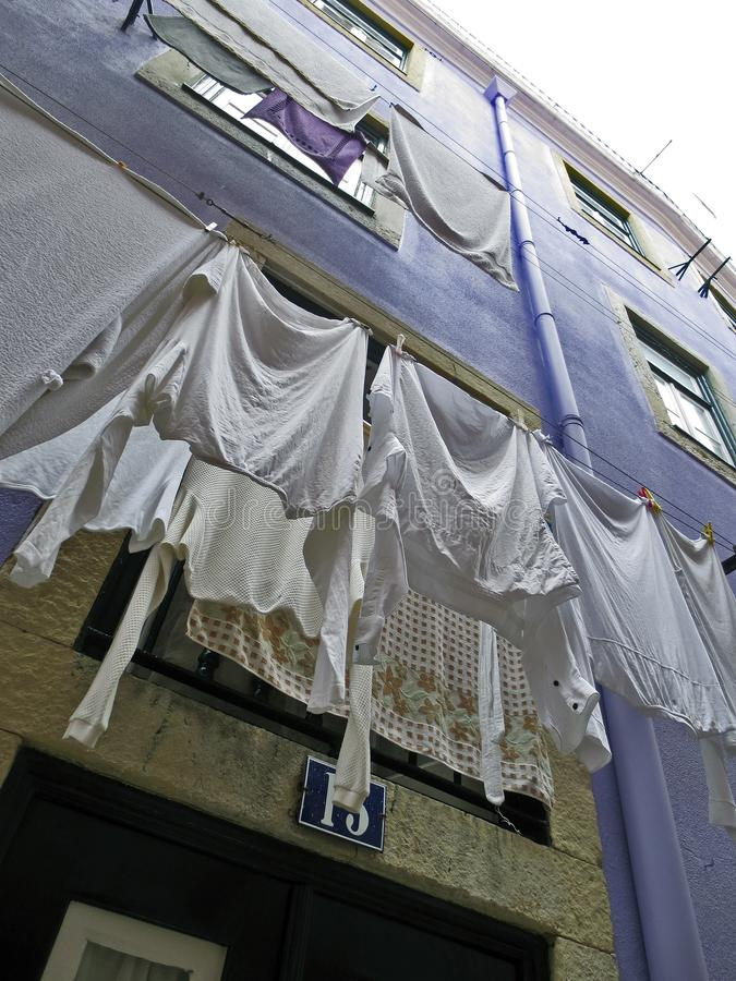 Lissabon typisch Kleidungstrocknen im Freien lizenzfreies stockbild