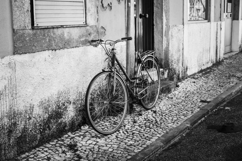 Lissabonmålen Gammal cykel Svart och vitt foto B&W Gatufotografering royaltyfria foton