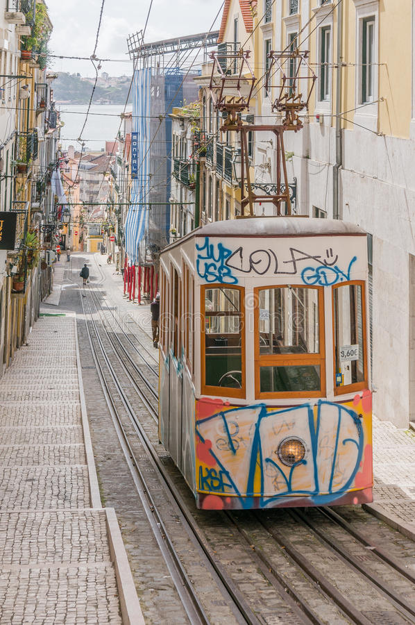 Lissabons Gloria bergbana i den Bairro alten - Lissabon arkivfoton