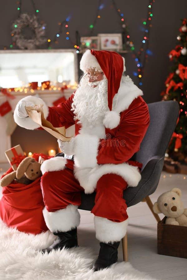 List d'envie auténtico de la lectura de Santa Claus foto de archivo libre de regalías
