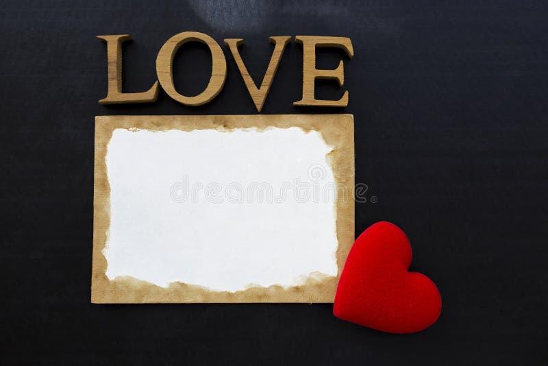 List miłosny na czarnym tle zdjęcia royalty free