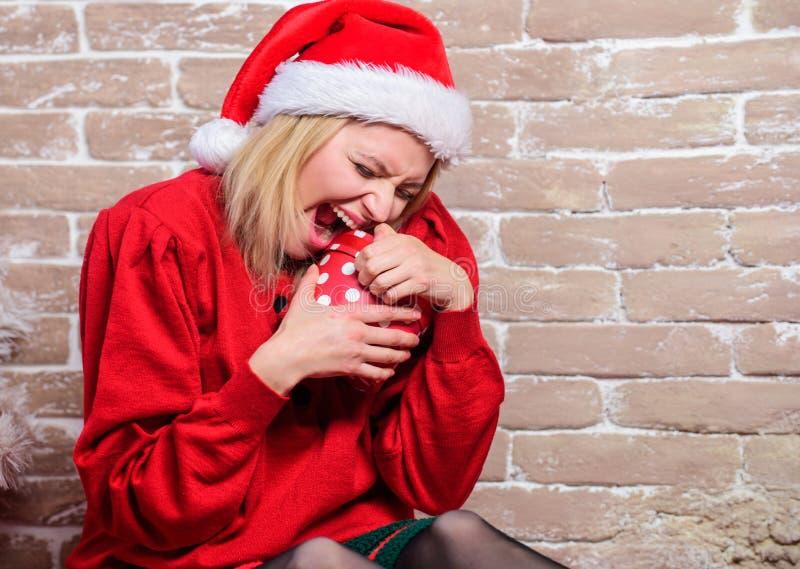 Lista życzeń Zdecydowanie lubi mnie Wszystko chcę dla bożych narodzeń Kobiety otwarcia z podnieceniem prezent od Santa Claus wigi obraz royalty free