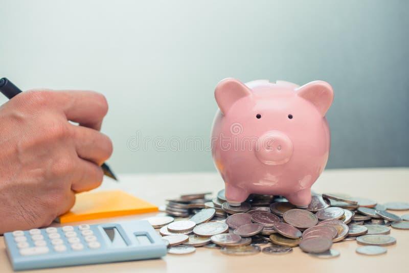 Lista de control de ahorro del dinero con la nota de la cuenta para la renta imágenes de archivo libres de regalías
