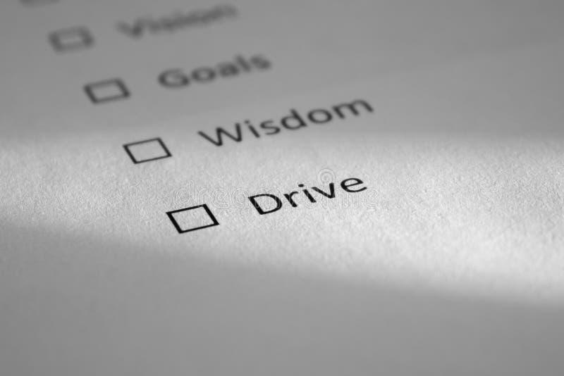 Lista de control en una hoja de papel blanca con los puntos Vision, metas, sabiduría, impulsión La impulsión de la inscripción es fotos de archivo
