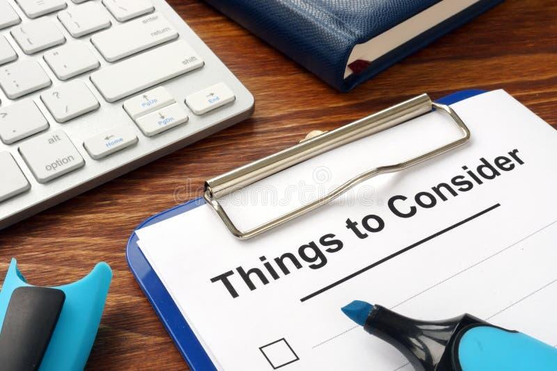 Lista de cosas a considerar en tablero fotografía de archivo libre de regalías