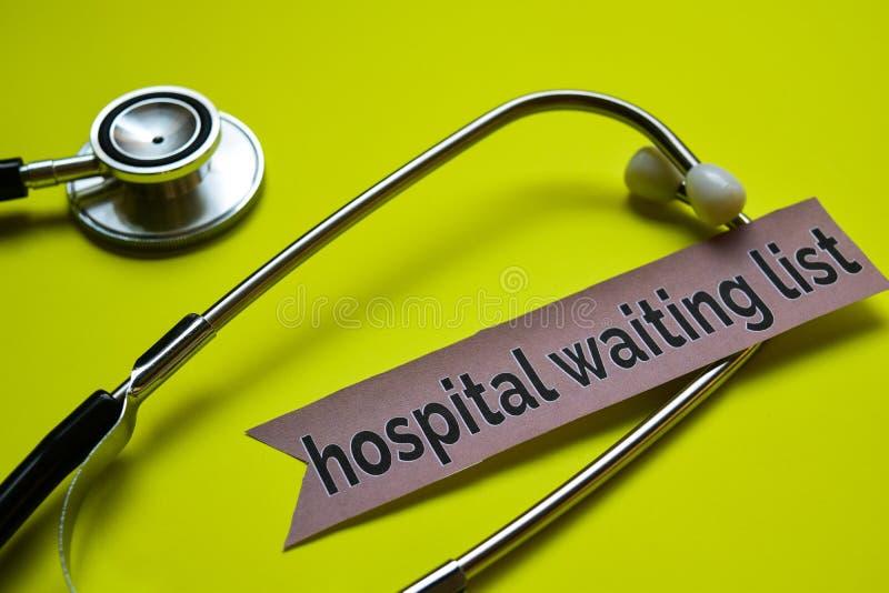 Lista de espera del hospital del primer con la inspiración del concepto del estetoscopio en fondo amarillo imagen de archivo libre de regalías