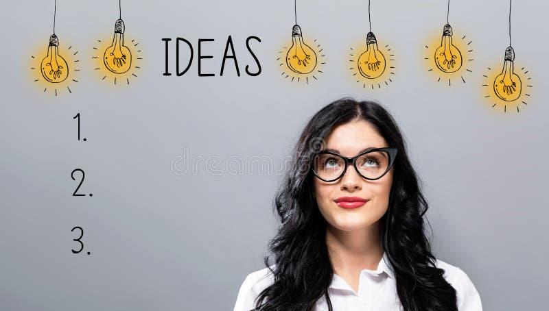 Lista de la idea con la empresaria joven foto de archivo