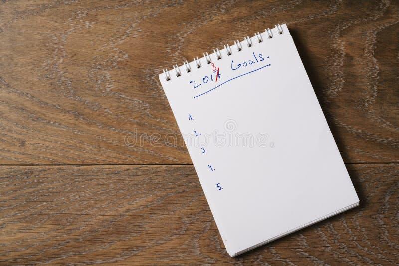 lista de 2018 objetivos no bloco de notas no fundo de madeira fotos de stock