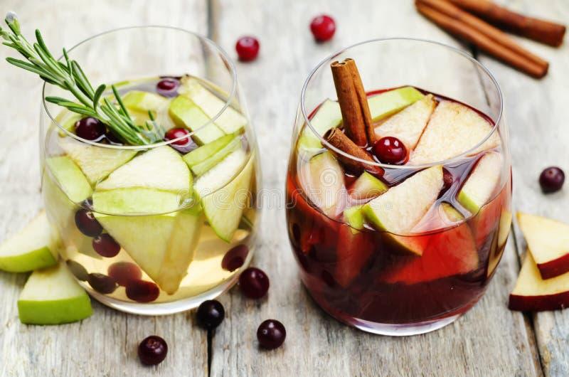 Lista de sangría con el vino blanco rojo y con las frutas foto de archivo