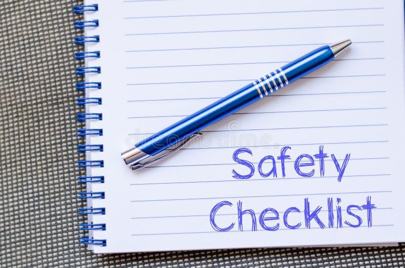A lista de verificação da segurança escreve no caderno foto de stock royalty free