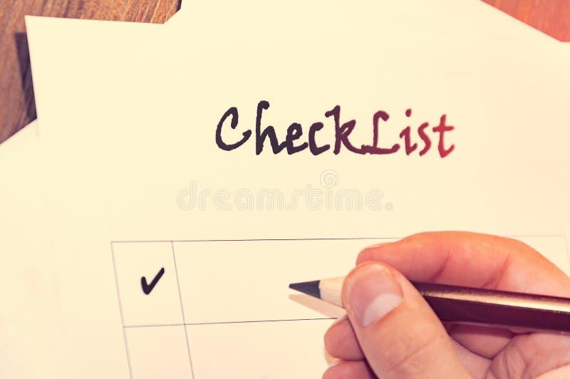 lista de verificação vazia na folha de papel da tabela A de madeira na frente de um homem com as palavras: Lista de verificação P imagens de stock