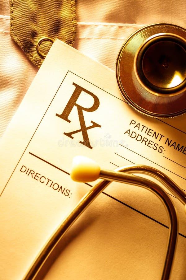 Lista del paziente e dello stetoscopio immagini stock libere da diritti